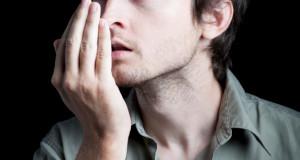Zápach úst nemusí pocházet jen ze špatné ústní hygieny.