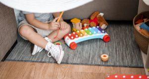 Kdy nasadit dítěti první boty? Nejprve jej nechte rozchodit