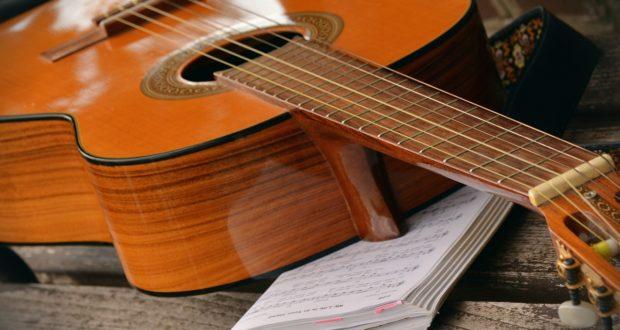 Učení na kytaru je s pomocí internetu mnohem jednodušší